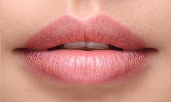 Ustnice mlajše ženske
